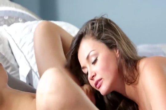 Сладкие Телки Валяются На Постельке - Смотреть Порно Онлайн