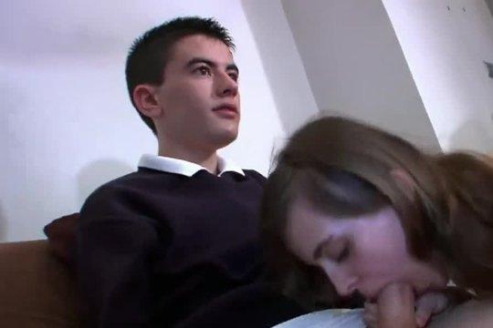 Восемнадцатилетняя девушка сосет член другу и отдается ~ Mega-Porno.me