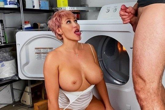 Возбужденная Домохозяйка Сношается С Огурчиком - Смотреть Порно Онлайн